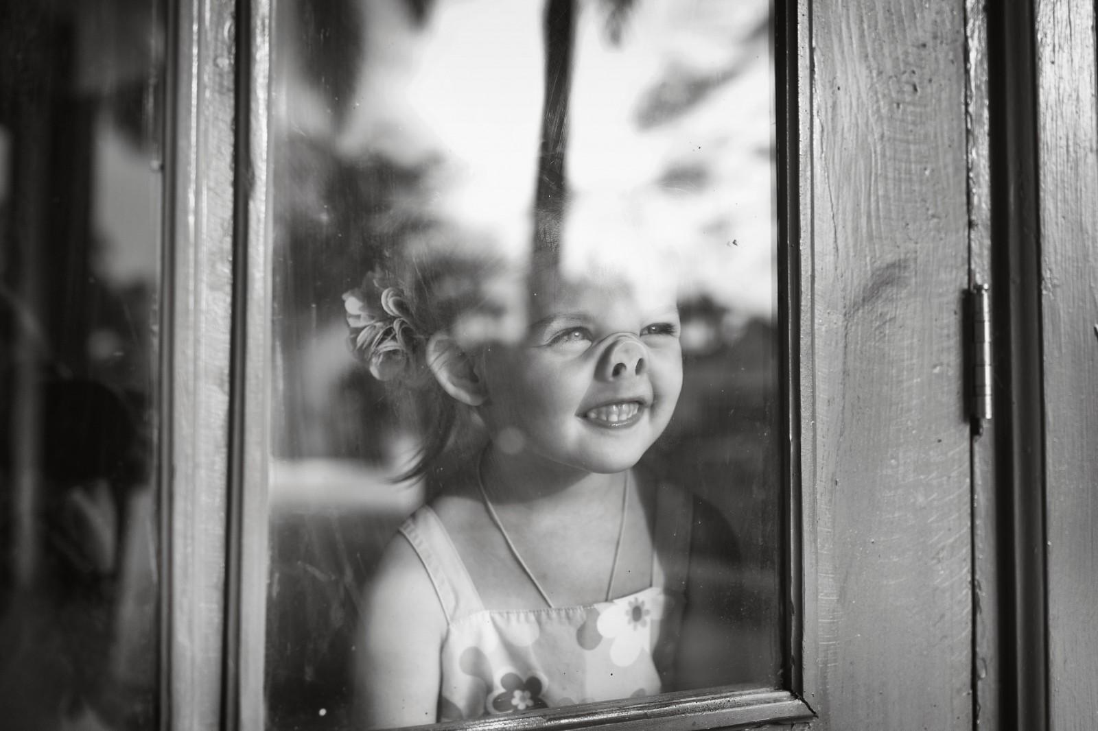 Смешные картинки девочка у стекла, история