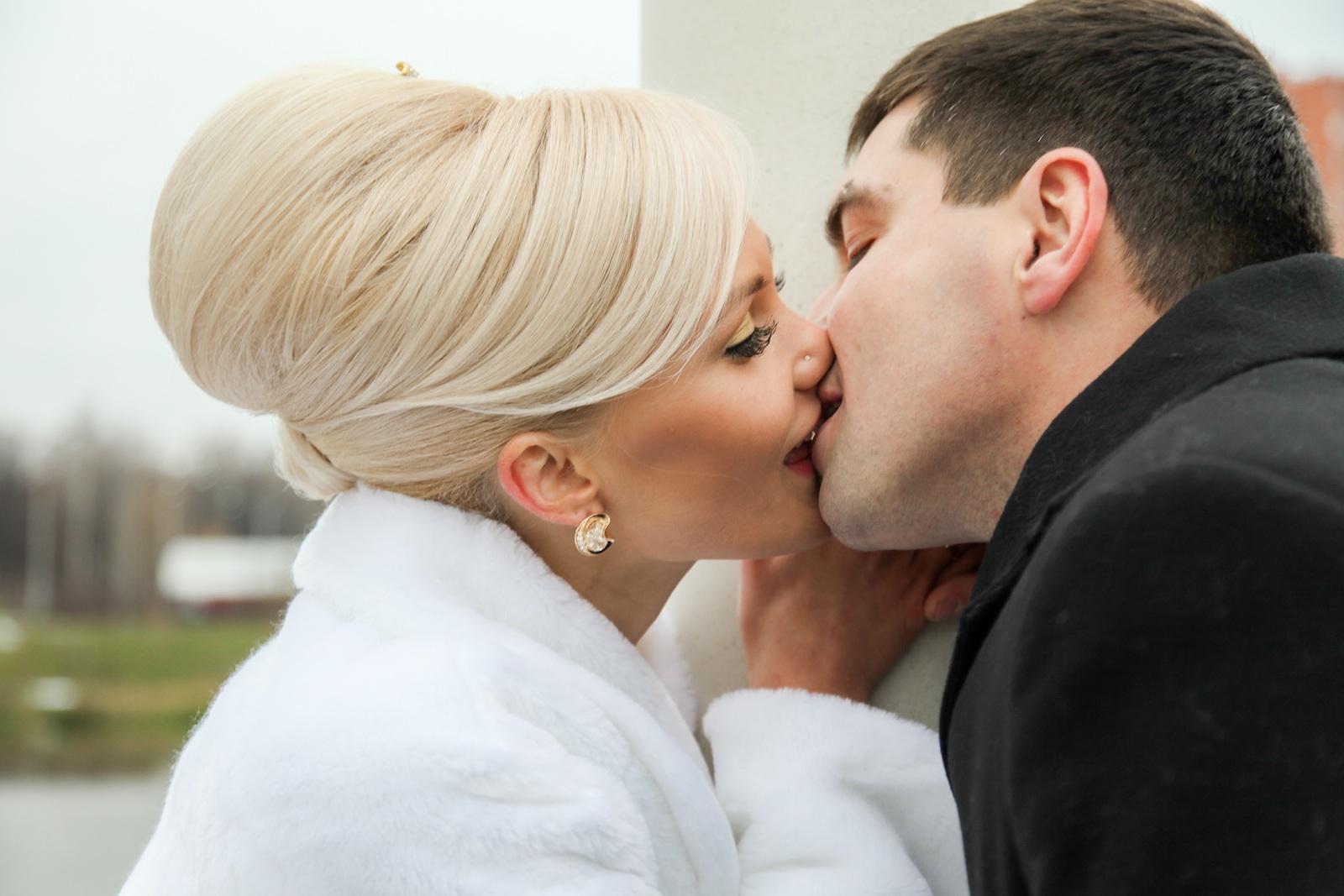 полу эротическая, поцелуй с блондинками улыбнулась