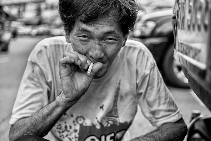 Мужчина с сигаретой. Фото Лауры Сафиотти