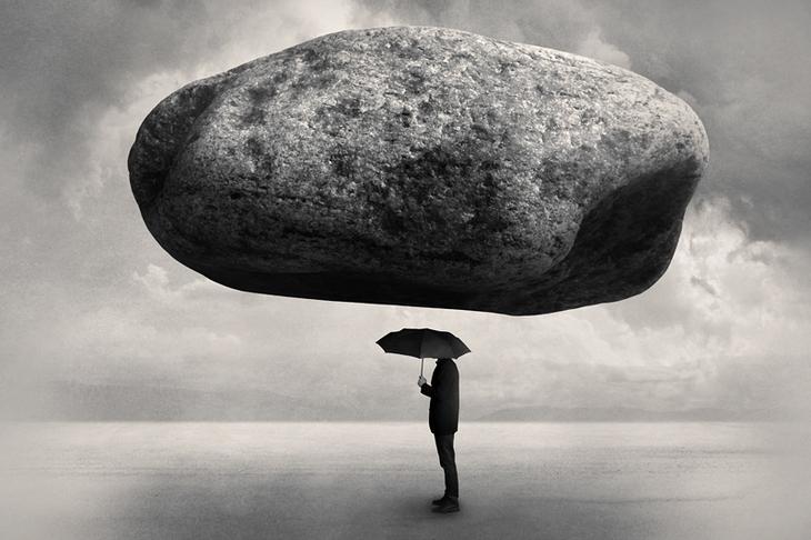 Абстрактная фотография. Человек под камнем. Фото: Tommi Ingberg