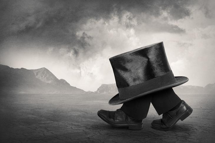 Абстрактная фотография. Шляпа на ногах. Фото: Tommi Ingberg
