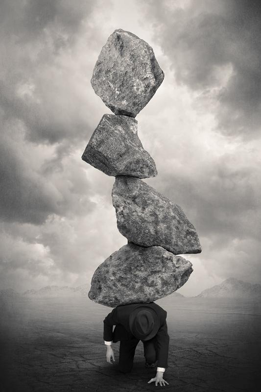 Абстрактная фотография. Человек придавленный камнями. Фото: Tommi Ingberg