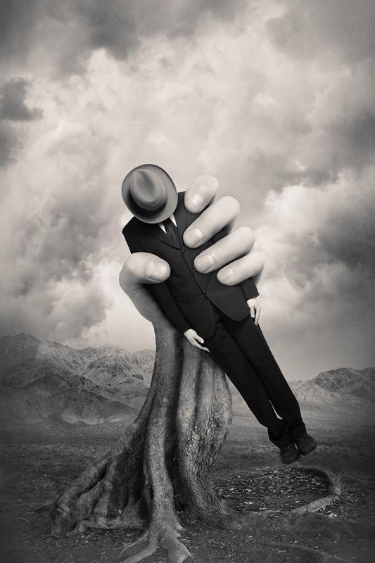 Абстрактная фотография. Человек в руке. Фото: Tommi Ingberg