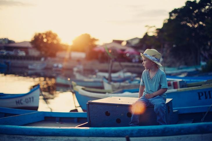 Мальчик на лодке. Детская фотография Наталии Федоровой