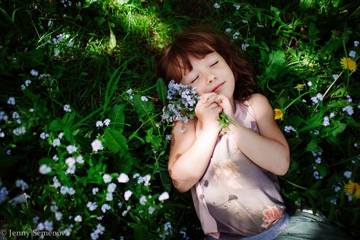 Дите с цветочками