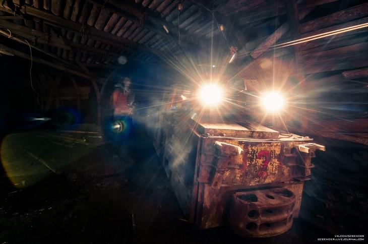 Электровоз в тоннеле шахты
