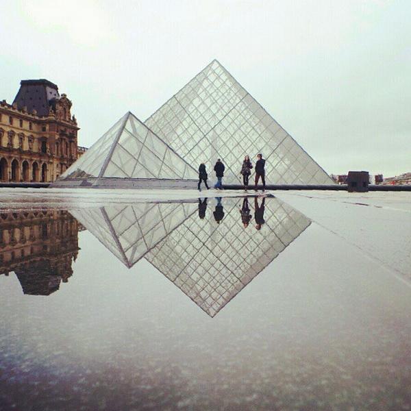 Пирамида у Лувра. Достопримечательности Парижа. Мобильная фотография Натали Жеффруа