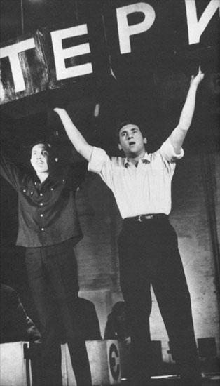 """Владимир Высоцкий. Сцена из спектакля """"Послушайте!"""", 1966 г., фото О.Ширяевой. Слева: Золотухин."""