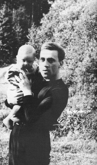 Владимир Высоцкий с сыном Аркадием на даче, 1963 год