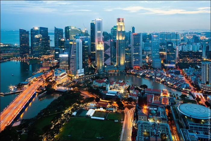 Ночной вид на деловой квартал Сингапура. Фото: Виталий Раскалов