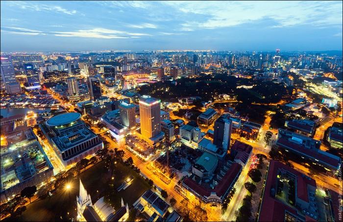 Небоскребы Сингапура ночью. Фото: Виталий Раскалов