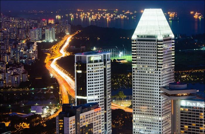 Ночной Сингапур. Фото: Виталий Раскалов
