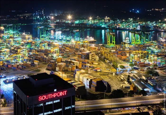 Порт Сингапура. Фото: Виталий Раскалов