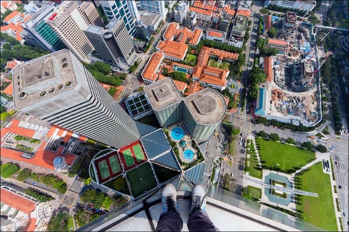 Вид с крыши одного из самых высоких зданий Сингапура. Фото: Виталий Раскалов