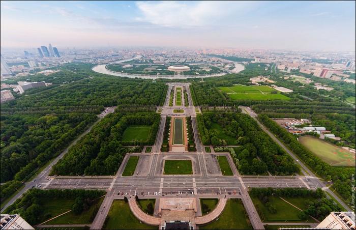 Это визитная карточка МГУ: Аллея ученых перед университетом, смотровая площадка и стадион «Лужники». Каждый из вас здесь бывал, только на 267 метров ниже.