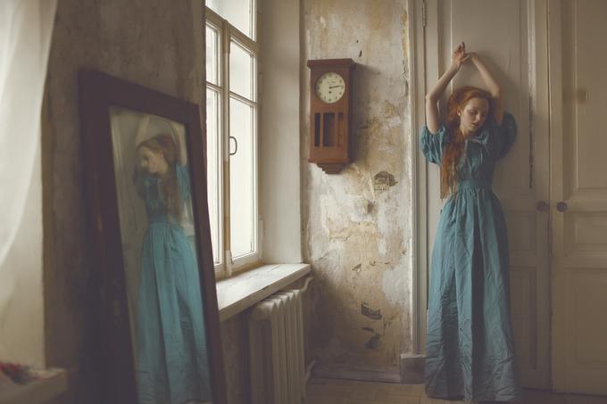 Девушка в старом доме. Фото: Катерина Плотникова