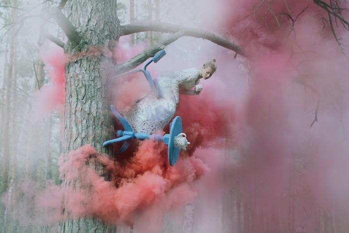 Девушка и волшебство на дереве. Фото: Катерина Плотникова