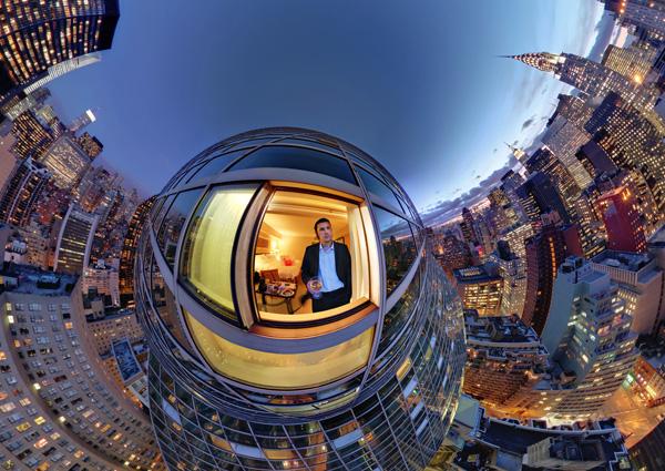 Фотография о том, как Сергей Семенов смотрит на Манхэттен из окна отеля Миллениум