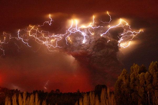 Молнии при извержении облака пепла вулкана Puyehue-Cordon Caulle, Entrelagos, Chile.