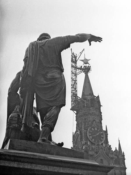 Марк Марков-Гринберг: Подъем звезды на Спасскую башню Кремля. 1935