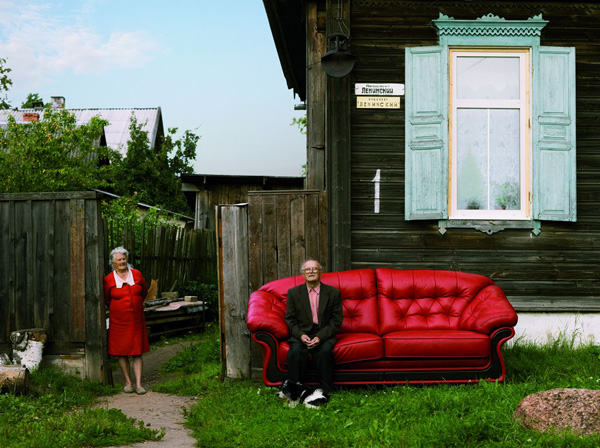 """В 2008 году фабрика мебели совместно с Федором Маркушевичем осуществила проект """"Путешествие дивана по России"""". Идея проекта заключалась в том, чтобы показать Россию такой какой она есть, ее настоящих жителей."""