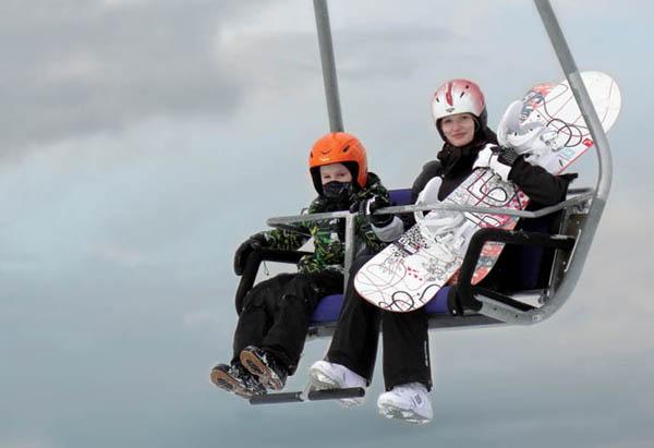 Сноубордисты на подъемнике